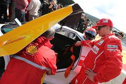 Kimi Räikkönen, Scuderia Ferrari, fährt ein Auto des Shell Eco Marathon