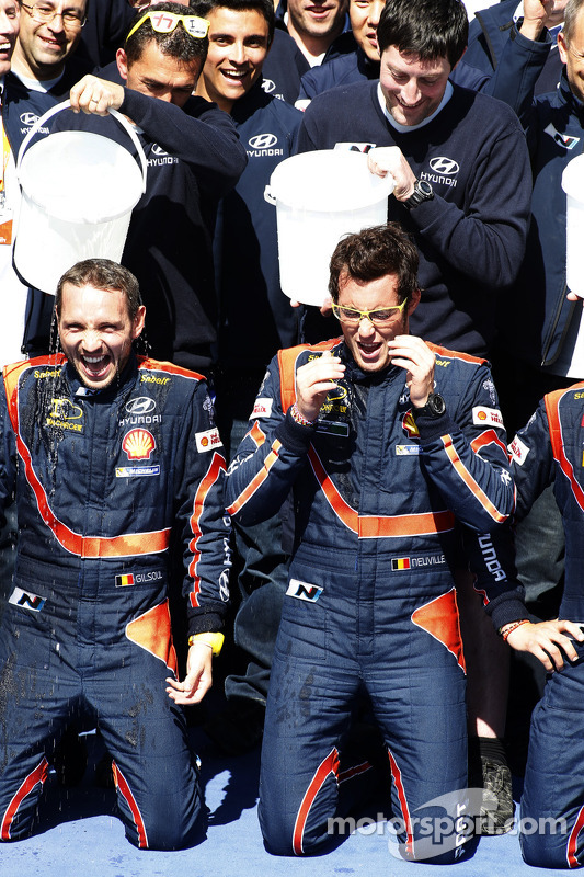 Vencedores Thierry Neuville e Nicolas Gilsoul take the ALS ice bucket challenge