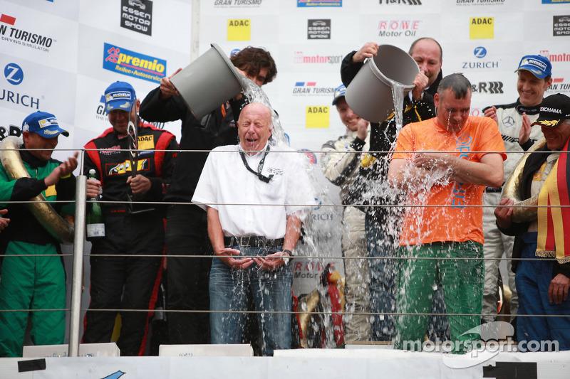 VLN主席卡尔·摩尔在领奖台上进行ALS冰桶挑战