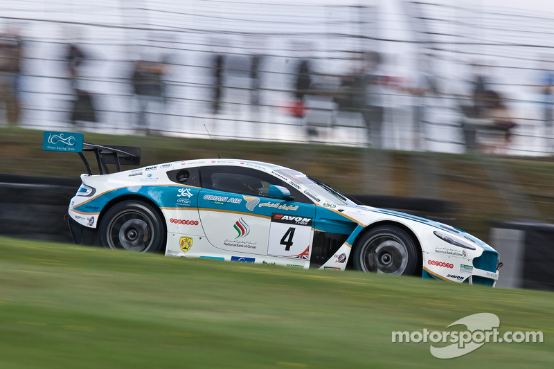 #4 Oman Racing Team Aston Martin Vantage GT3: Ahmad Al Harthy, Michael Caine liderando na largada