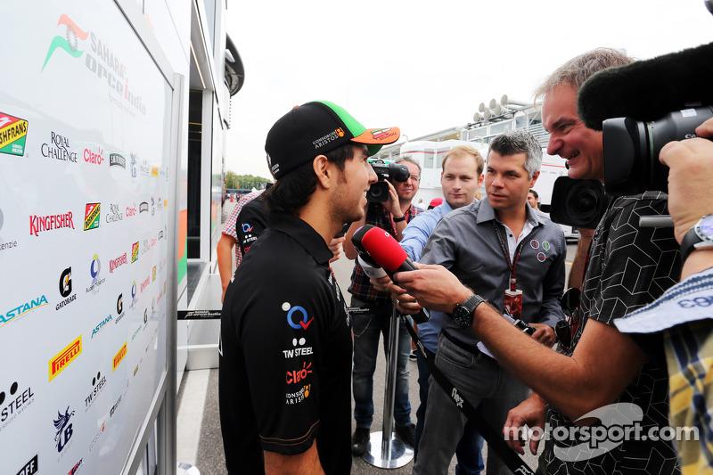 Sergio Perez, Sahara Force India F1, con la stampa