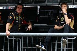 (从左至右): 费德里科·加斯塔尔迪, 路特斯F1车队 车队副领队 和 罗曼·格罗斯让, 路特斯F1车队 在维修区称重台