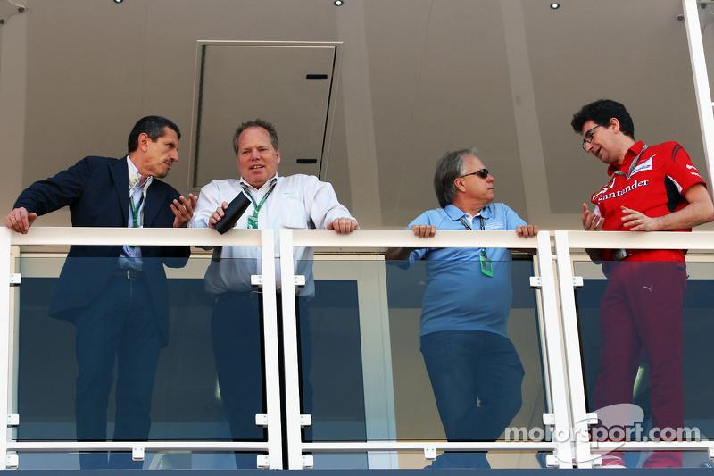 (从左至右): Guenther Steiner, Haas F1车队 领队 和 吉尼·哈斯, Haas Automotion 主席; Joe Custer, 斯图尔特·哈斯车队副主席; Joe Custer, 斯图尔特·哈斯车队副主席; 和 Mattia Binotto, 法拉利 比赛 引擎 经理