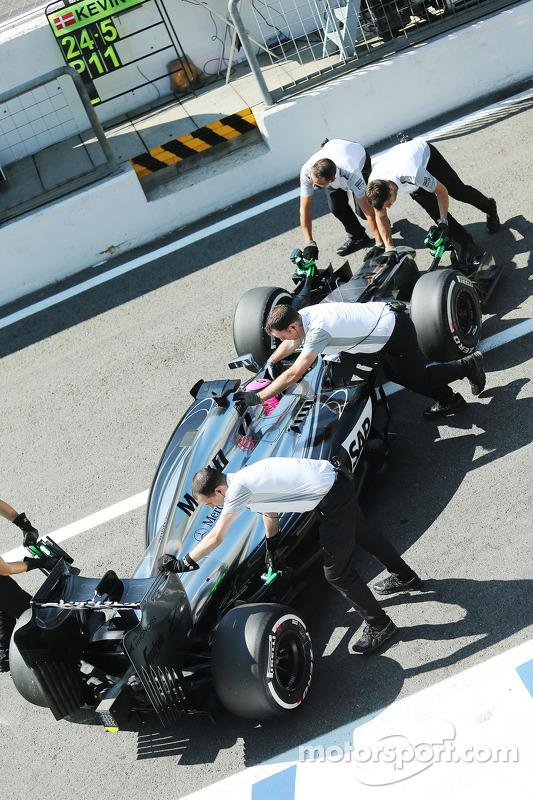 Jenson Button, McLaren MP4-29 ai box