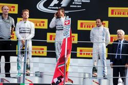 El podio, Mercedes AMG F1, segundo; Lewis Hamilton, de Mercedes AMG F1, ganador de la carrera; Felipe Massa, Williams, tercera