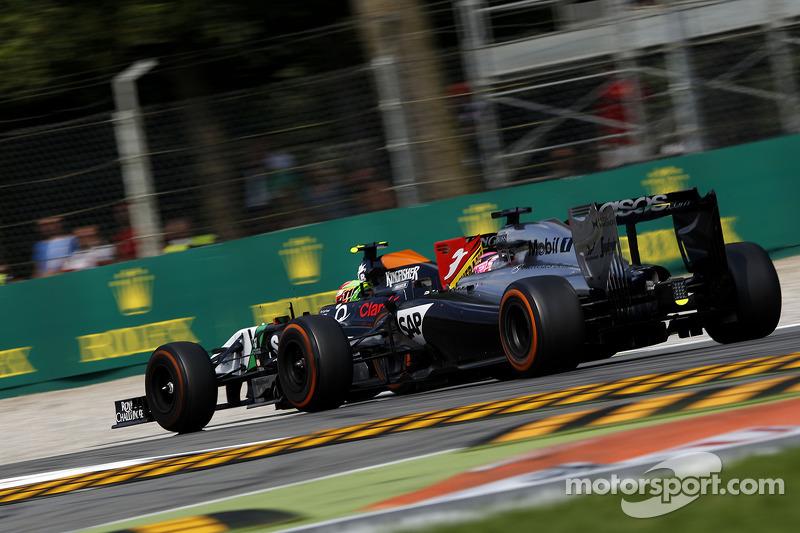 Sergio Pérez, Sahara Force India F1 VJM07 y Jenson Button, McLaren MP4-29 batalla por posición