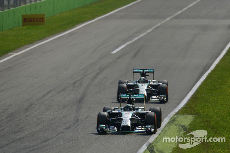 Nico Rosberg, de Mercedes AMG F1 W05 lidera a su compañero de equipo Lewis Hamilton, de Mercedes AMG