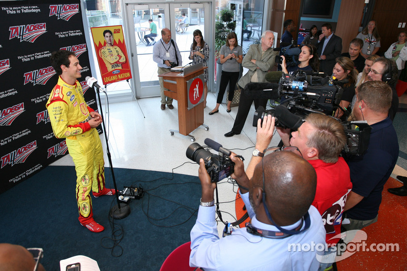 Joey Logano, Penske Ford in visita all'ospedale pediatrico a Birmingham, Ala., Come parte del tour Chase across North America