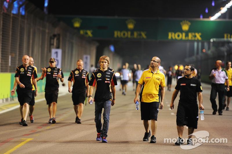 Charles Pic, Lotus F1 Takımı Üçüncü Pilotu pistte yürüyor