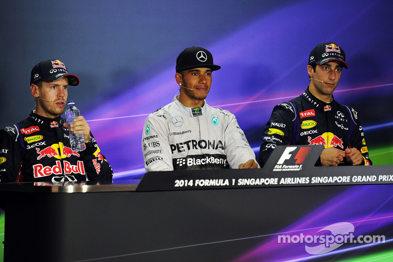 Red Bull Racing, segundo; Lewis Hamilton, Mercedes AMG F1, ganador de la carrera; Daniel Ricciardo, Red Bull Racing, tercero en la conferencia de prensa de la FIA