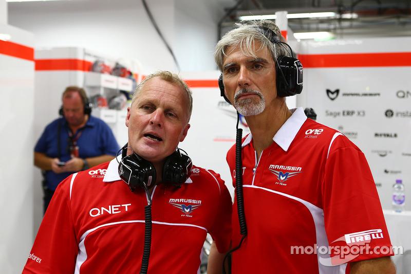 天空体育台F1解说员强尼·赫伯特和天空体育台F1解说员达蒙·希尔和玛鲁西亚F1车队机械师一起工作