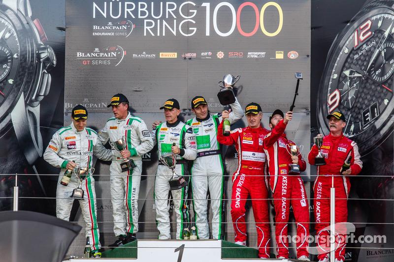 Gentleman Trophy podio: vincitori di classe Ian Loggie, Julian Westwood, secondo posto Alexander Mat