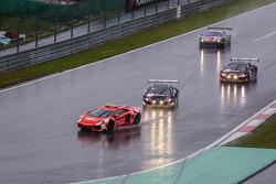安全车领先于#1比利时奥迪俱乐部车队 WRT 奥迪R8 LMS Ultra: Cesar Ramos, Laurens Vanthoor, Christopher Mies