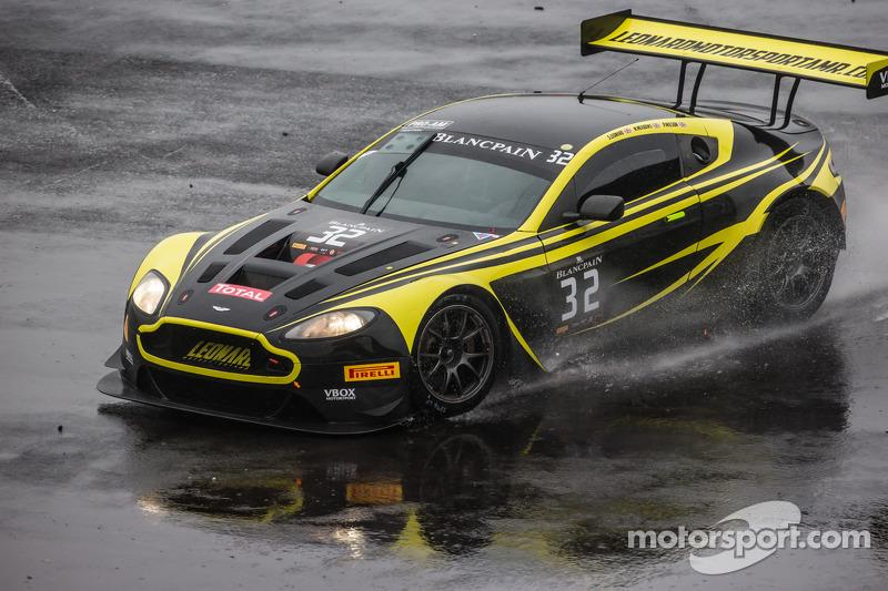 #32 Leonard Motorsport Aston Martin Vantage GT3: Stuart Leonard, Paul Wilson, Michael Meadows rodando, após perder o controle
