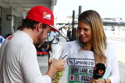 (Soldan Sağa): Fernando Alonso, Ferrari ve Nira Juanco, Antena 3 TV Sunucusu