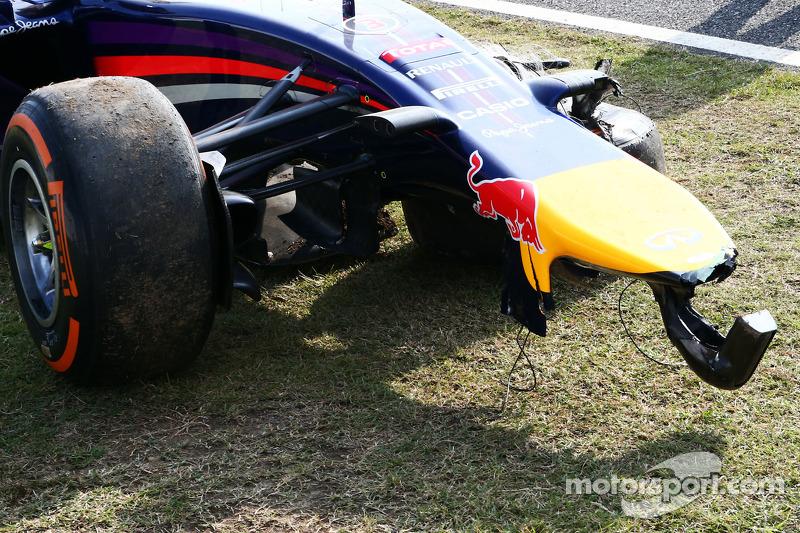 RB10 Red Bull Racing di Daniel Ricciardo, danneggiata dopo che si è schiantato durante l'FP2
