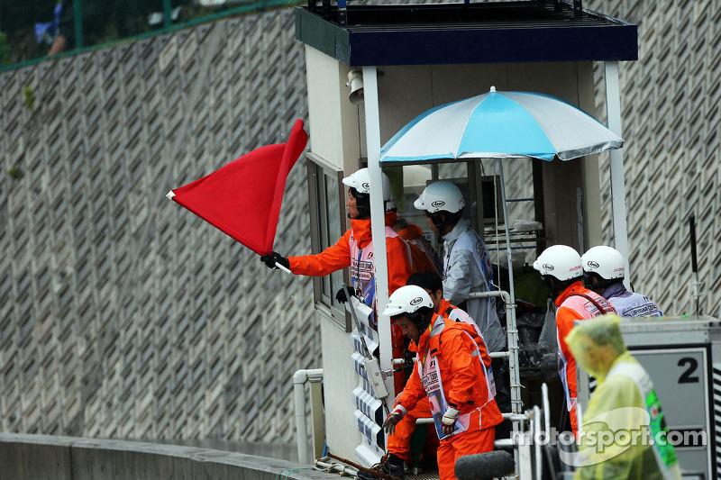 Le bandiere rosse sono sventolate dai commissari e la gara viene interrotta