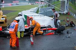 Adrian Sutil, Sauber F1 Team osserva la squadra di sicurezza a lavoro dopo l'incidente di Jules Bian