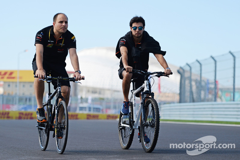 Sergio Perez, Sahara Force India F1, percorre il circuito con Gianpiero Lambiase, Ingegnere Sahara F