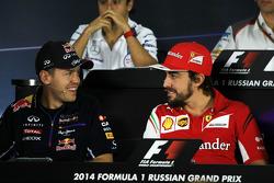 (Da sinistra a destra): Sebastian Vettel, Red Bull Racing e Fernando Alonso, Ferrari alla conferenza stampa FIA