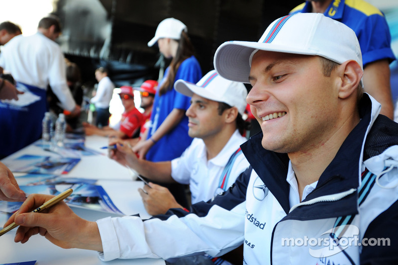 Valtteri Bottas, Williams firma autografi per i fan nella Fanzone