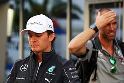 Nico Rosberg, Mercedes AMG F1; Daniel Schloesser, Mercedes AMG F1, Physiotherapeut