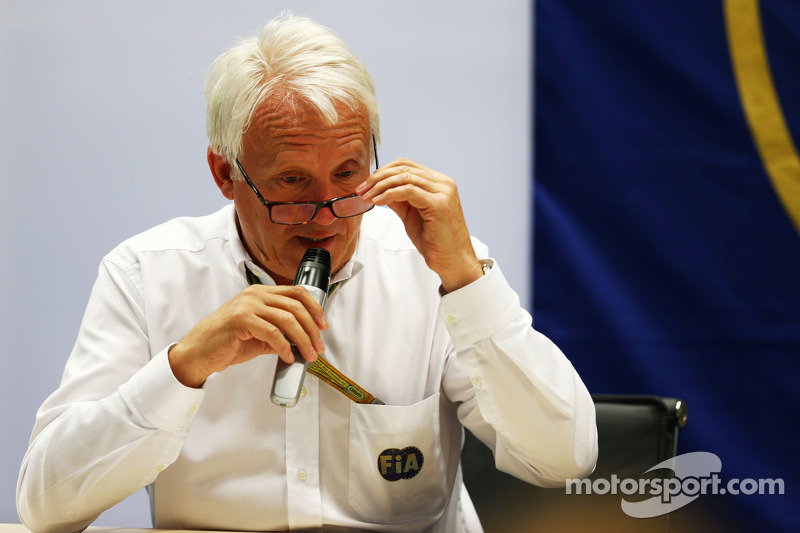 Charlie Whiting, FIA Delegesi FIA Basın Konferansı'nda Marussia F1 Takımı Pilotu Jules Bianchi'nin Suzuka'da yaptığı kaza hakkında konuşuyor