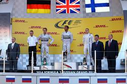 Vladimir Putin, Russian Federation President with 尼克·罗斯伯格, 梅赛德斯AMG F1 W05赛车, 刘易斯·汉密尔顿, 梅赛德斯AMG F1 W05赛车,和瓦塔里·博塔斯, 威廉姆斯FW36赛车