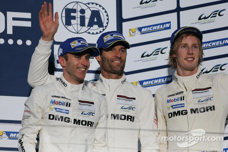 En tercer lugar, Mark Webber, Brendon Hartley, Timo Bernhard