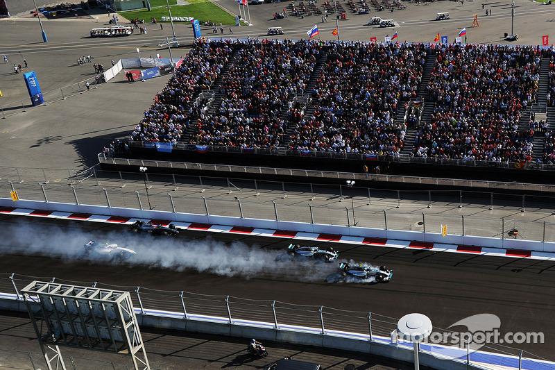 Verbremsernach dem Start: Nico Rosberg, Mercedes AMG F1 W05; Lewis Hamilton, Mercedes AMG F1 W05