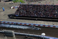 Nico Rosberg, Mercedes AMG F1 W05 blocca le ruote  in frenata mentre passa Lewis Hamilton, Mercedes AMG F1 W05 alla partenza della gara