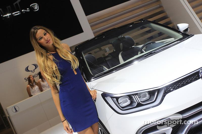 Chica en el Paris Auto Show