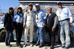 Darrell Wallace Jr. con la familia de Scott Wendell