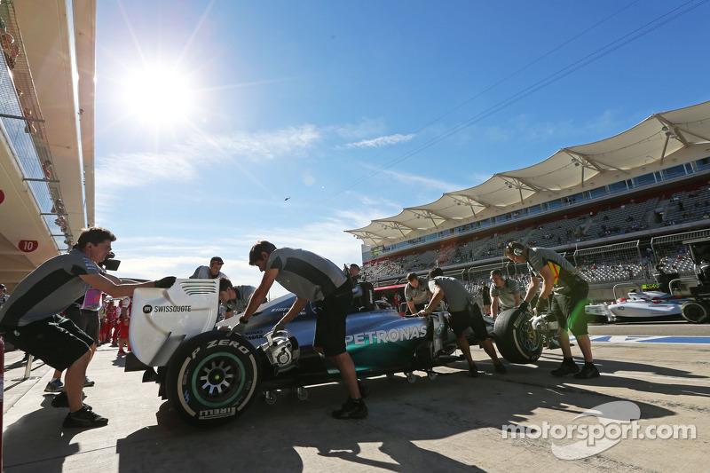Lewis Hamilton, Mercedes AMG F1 W05 en los pits
