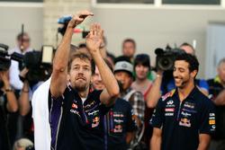 (Esquerda para direita): Sebastian Vettel, Red Bull Racing, mostra suas habilidades no basquete, com Daniel Ricciardo, Red Bull Racing