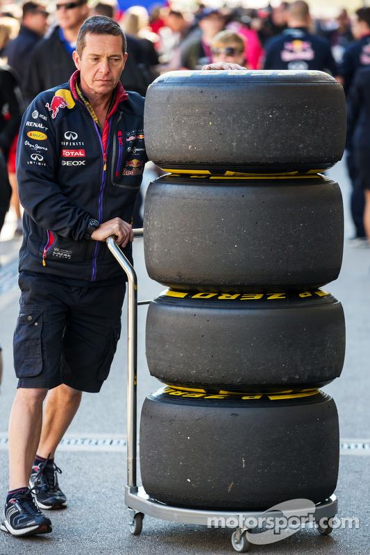 Red Bull Racing mecânico com pneus Pirelli