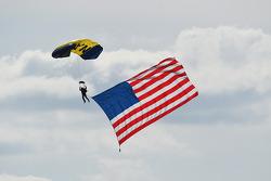 Fallschirmspringer miti Flagge der USA