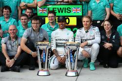 Primeiro lugar: Lewis Hamilton, Mercedes AMG F1, com segundo colocado Nico Rosberg, Mercedes AMG F1 W05