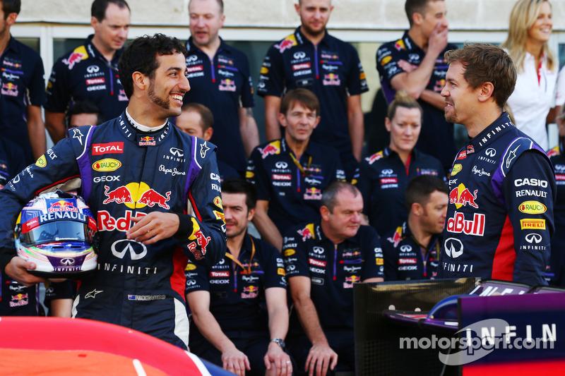 (I a D): Daniel Ricciardo, Red Bull Racing, con su coequiperoSebastian Vettel, Red Bull Racing y el equipo de fotografía