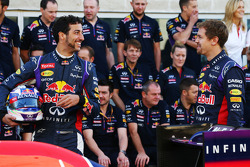(Soldan Sağa): Daniel Ricciardo, Red Bull Racing ve takım arkadaşı Sebastian Vettel, Red Bull Racing takım fotoğrafında