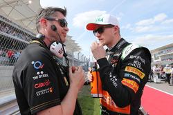 (Soldan Sağa): Bradley Joyce, Sahara Force India F1 Yarış Mühendisi ve Nico Hulkenberg, Sahara Force India F1 gridde