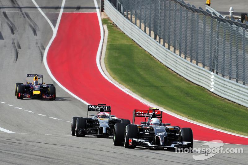 Esteban Gutierrez, Sauber C33 ve Jenson Button, McLaren MP4-29 ve Sebastian Vettel, Red Bull Racing