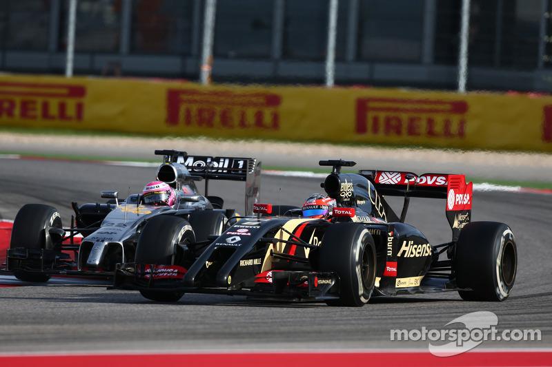 Jenson Button, McLaren MP4-29 e Romain Grosjean, Lotus F1 E22