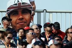Una gran cabeza de Lewis Hamilton en la multitud