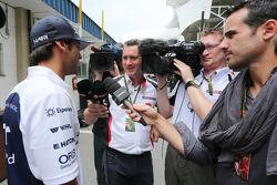 (I a D): Felipe Nasr, piloto de pruebas y reserva de Williams con Craig Slater, reportero de Sky F1