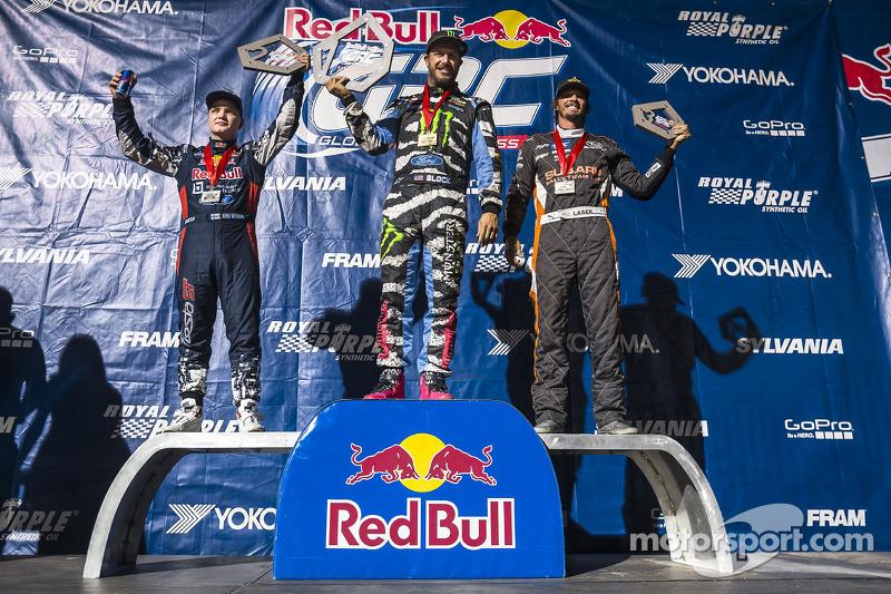 琼尼·威曼,肯·波洛克,巴基·拉塞克在领奖台庆祝Supercars组别胜利