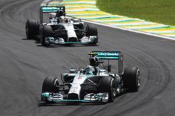 Nico Rosberg, Mercedes AMG F1 W05 davanti al compagno di squadra Lewis Hamilton, Mercedes AMG F1 W05