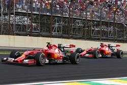 Kimi Raikkonen, Ferrari F14-T davanti al compagno di squadra Fernando Alonso, Ferrari F14-T