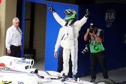 Felipe Massa, Williams FW36 kapalı parkta üçüncü sıra için kutlama yapıyor