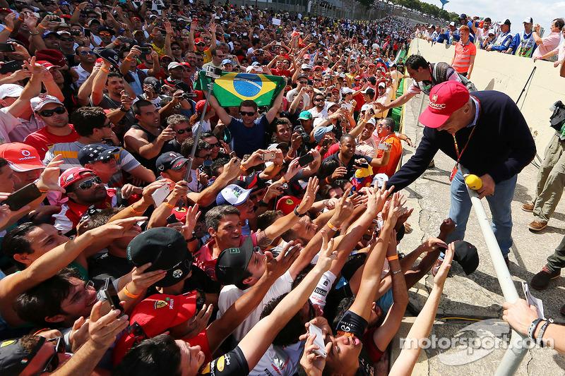 Taraftarlar ve Niki Lauda podyumda, Mercedes Fahri Başkanı